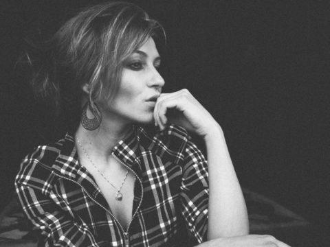 retrato modelo pensando por fotógrafo de moda en blanco y negro